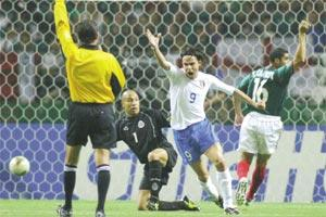 Filippo Inzaghi appeals to referee Carlos Simon after his goal against Mexico was disallowed for offside.