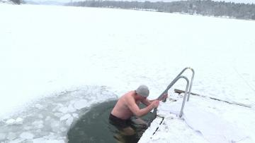 Swedish office workers chill out with lunchtime ice-dip