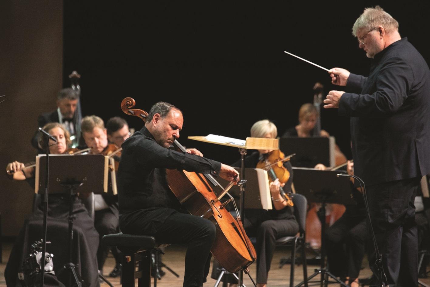 Cellist Gary Hoffman being led by the conductor Dmitry Yablonsky. Photo: Evgeny Evtyukhov