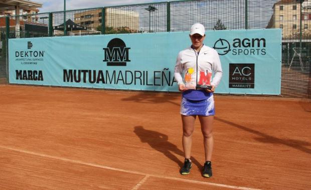 Helene Pellicano holds the trophy after her victory at the Madrid Open qualifying tournament.