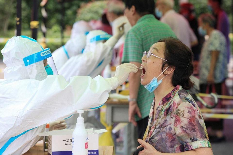 Una mujer recibe una prueba de ácido nucleico para el coronavirus Covid-19 en Nanjing, China.  Foto: AFP