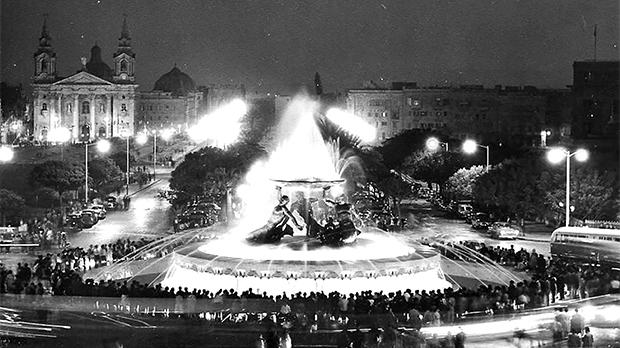 May 16, 1959: the Triton Fountain delights crowds for the very first time. Photo: Victor Anastasi Collection