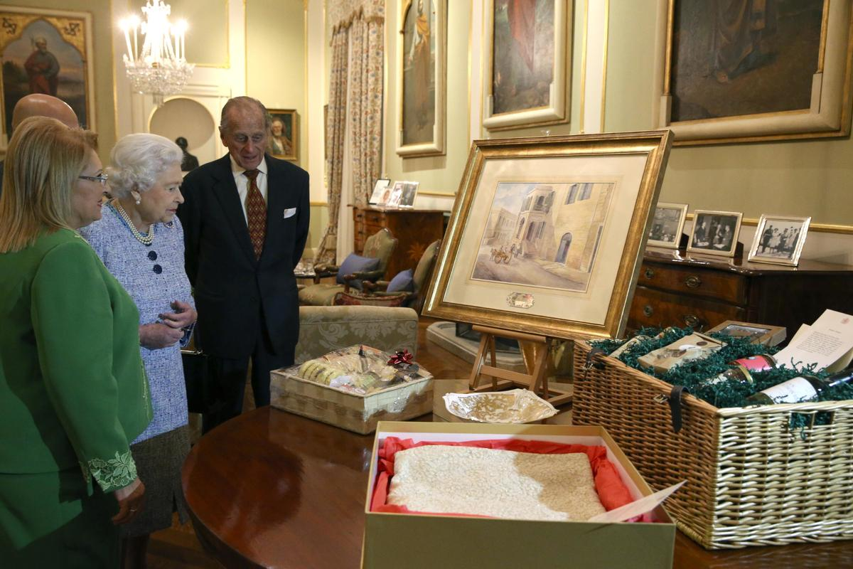 Queen Elizabeth II is presented with a painting of Villa Guardamangia during a visit to Malta in 2017. Photo: DOI