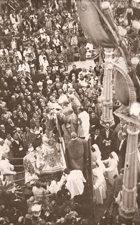 Caruana crowning the statue of Maria Bambina at the Senglea Marina.