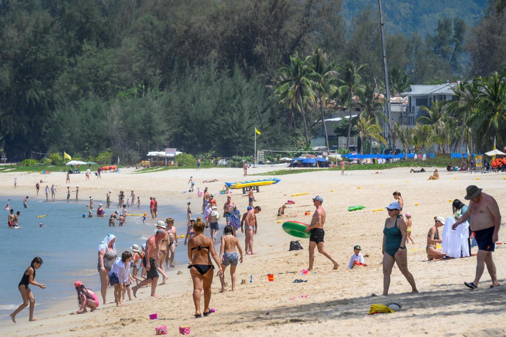 Archivo: Los turistas internacionales, en su mayoría ciudadanos rusos, disfrutan de la playa a pesar de las preocupaciones sobre la propagación del coronavirus COVID-19 y las restricciones para los viajeros en un centro turístico en Phuket el 20 de marzo de 2020. Foto: Mladen Antonov / AFP
