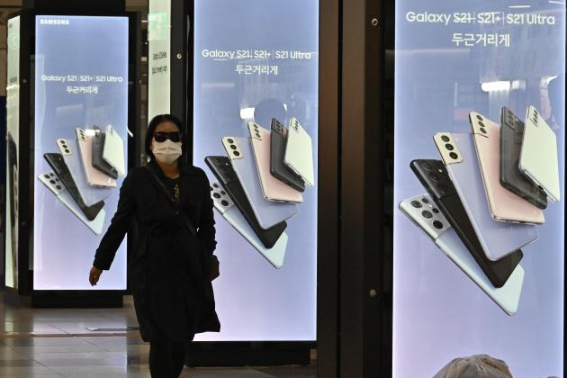 Samsung profit jumps by nearly half on strong smartphone sales