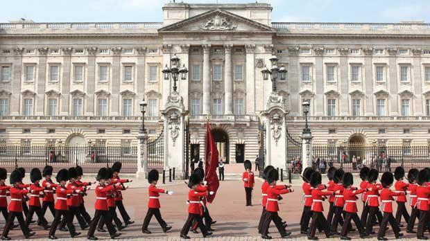 Queen elizabeth might have to leave crumbling buckingham - Buckingham palace interno ...
