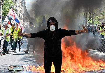 More than 100 arrests in France as 'yellow vest' protests continue