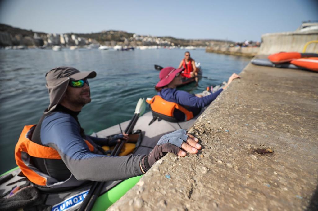 Arthur Quintano in his kayak with his girlfriend Daniela Bonavia during a clean-up.