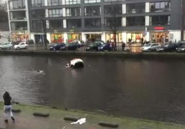 Video - Dramatic rescue in Amsterdam as car rolls into canal