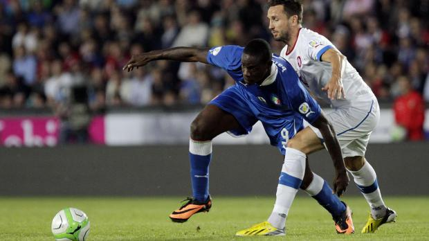 Italy's Mario Balotelli (L) fights for the ball with Czech Republic's Tomas Sivok during their 2014 World Cup qualifying soccer match in Prague. Photo: Petr Josek, Reuters