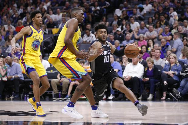 Sacramento Kings guard Frank Mason III (10) drives against Golden State Warriors forward Kevon Looney (5) in the third quarter at the Golden 1 Center. Photo Credit: Cary Edmondson-USA TODAY Sports