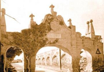 Old photo of the original arch at Fleur-de-Lys.