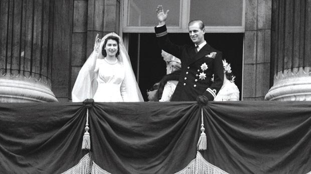 Royals celebrate wedding anniversary for Queens wedding balcony