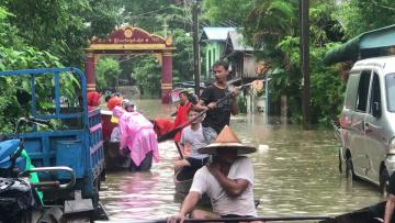 Monsoon flooding forces thousands to evacuate homes in Myanmar | Video: AFP