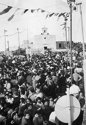 The crowd gathered in front of the Baħrija chapel dedicated to St Martin in the fair's early days.