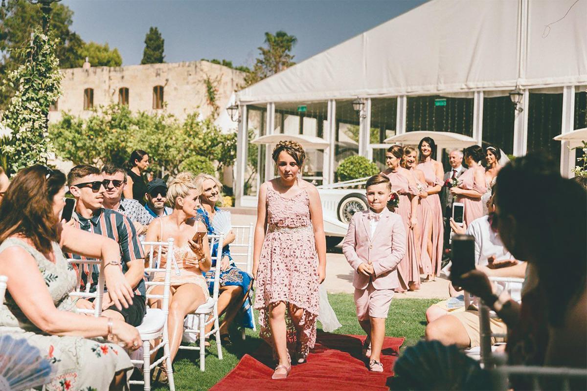 L'organisatrice de mariage de luxe Sarah Young (arrière gauche) prend une banquette arrière pour superviser ses événements en raison des annulations finales.