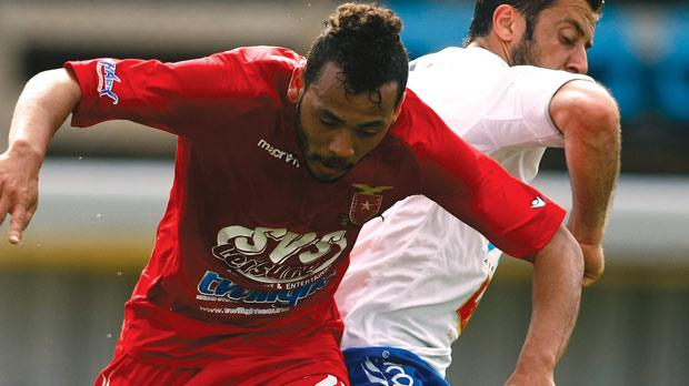 Brazilian forward Luis Edison dos Santos is poised to join Hibs.