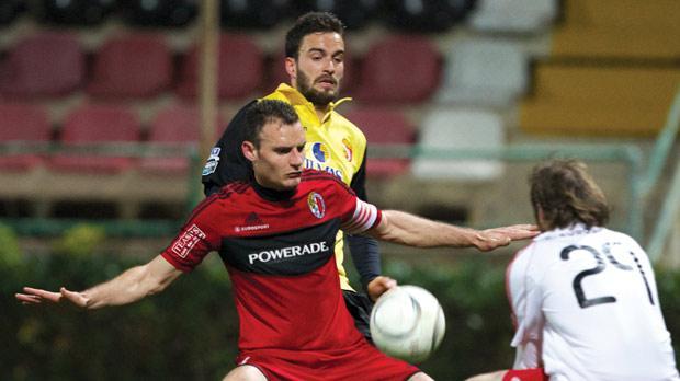 Ħamrun's Roderick Fenech shields the ball away from Moises Avila Perez. Photo:Paul Zammit Cutajar