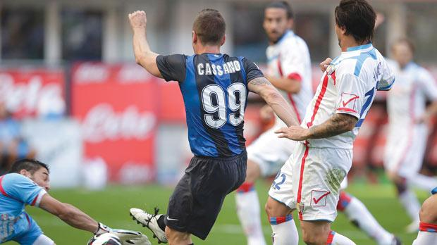 Catania goalkeeper Mariano Andujar saves a shot by Inter's Antonio Cassano, yesterday.