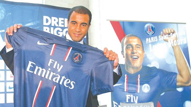 Lucas Moura poses with the Paris SG shirt, yesterday.