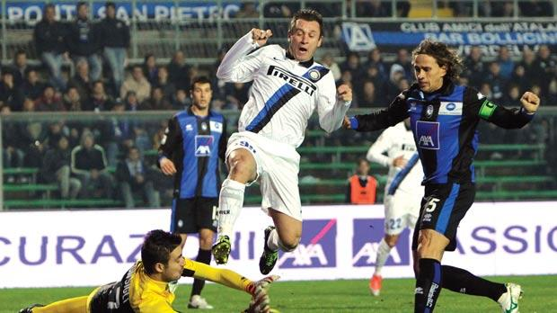 Inter's Antonio Cassano beaten to the ball by Atalanta goalkeeper Andrea Consigli.