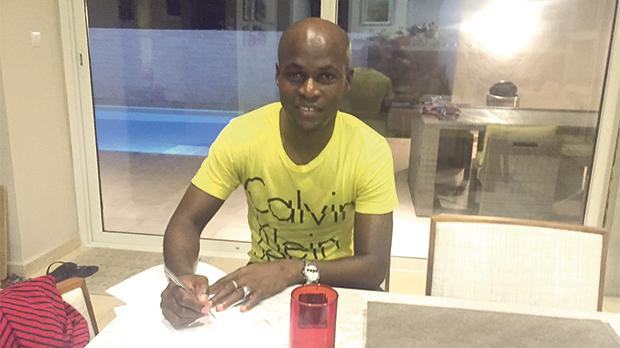 Souleymane Diamoutene signing his Gżira United contract.