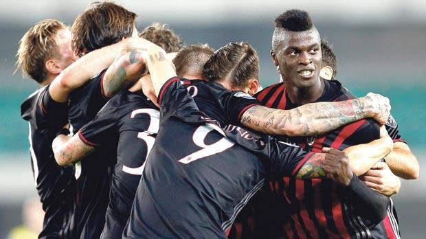 Milan players celebrate at the end of Sunday's match against Chievo, in Verona.