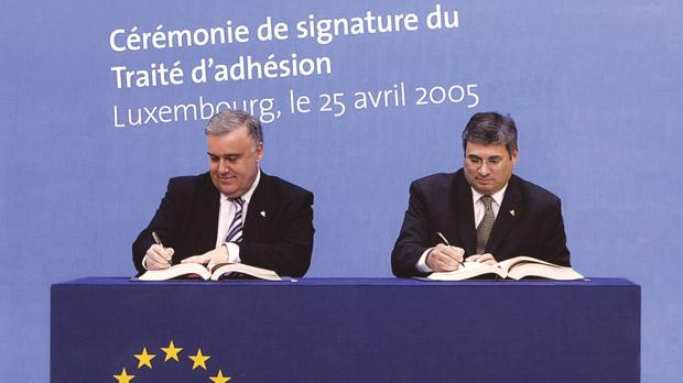 Michael Frendo and Richard Cachia Caruana signing the EU Admission Treaty.