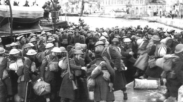 An advance party of the Durham Light Infantry lands at Customs House from HMS Breconshire on 27 January 1942.