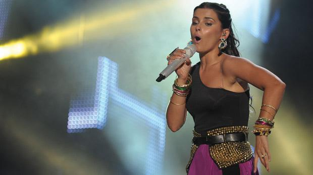 Nelly Furtado gave an energetic performance, singing all her best-known hits and getting the crowd to sing along with her.