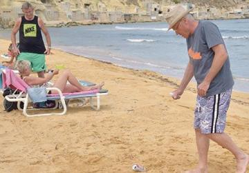 Tourist cleans up beaches and encourages others to do the same