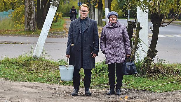 Evgeny Mironov and Marina Neyolova are the main actors in Thawed Carp.