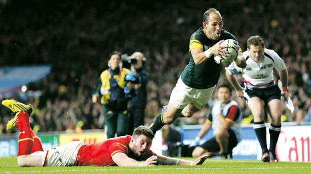 Fourie Du Preez scores a decisive try for South Africa.