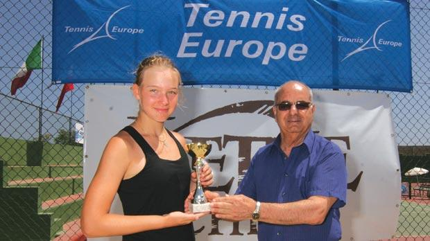Ekaterina Korzhova receiving her trophy from VLTC official Twanny Camilleri.