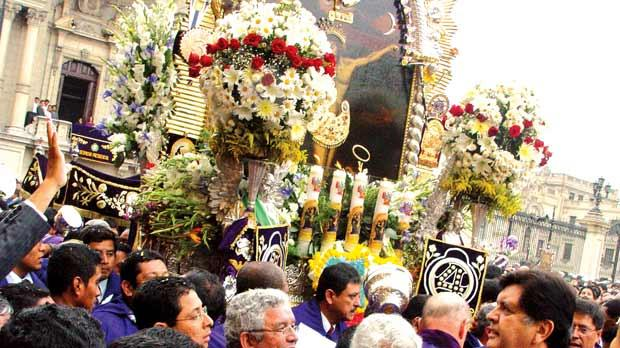 The enormous image of the Señor de los Milagros is transported on the shoulders of the cargadores.